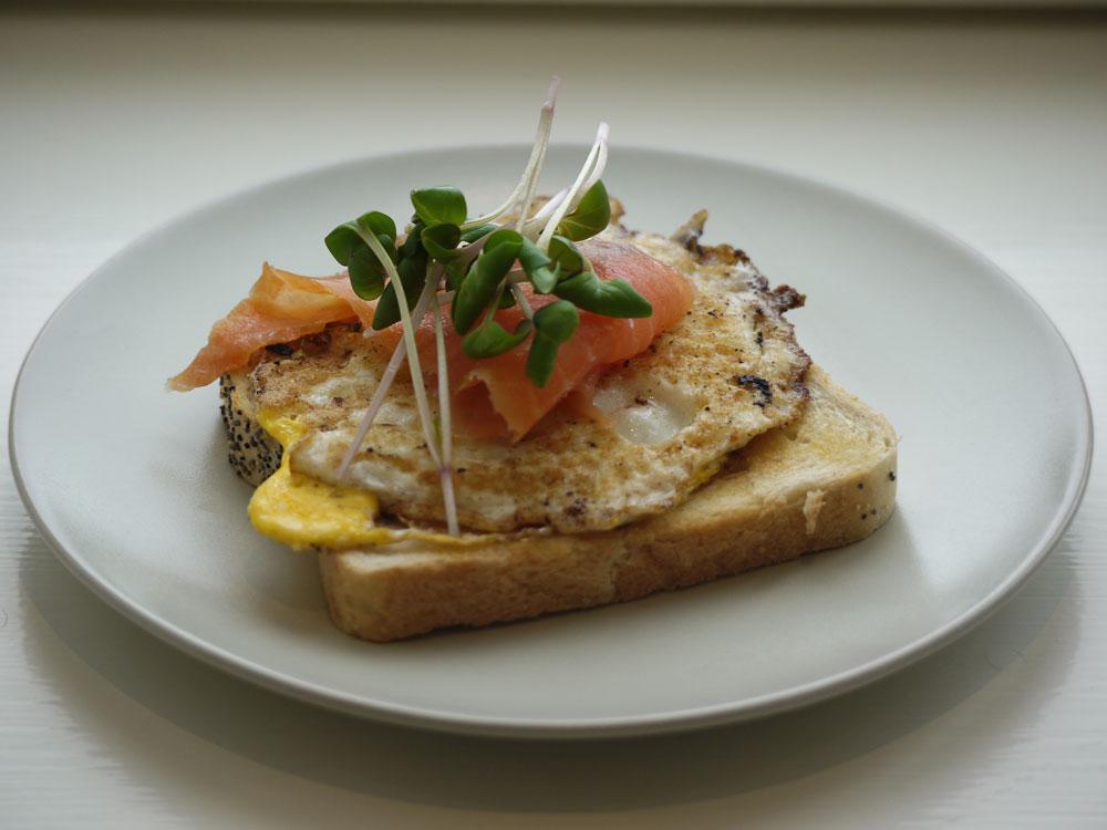 Microgreens på toast med vändstekt ägg och kallrökt lax