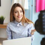 Bloggare med kamera och laptop